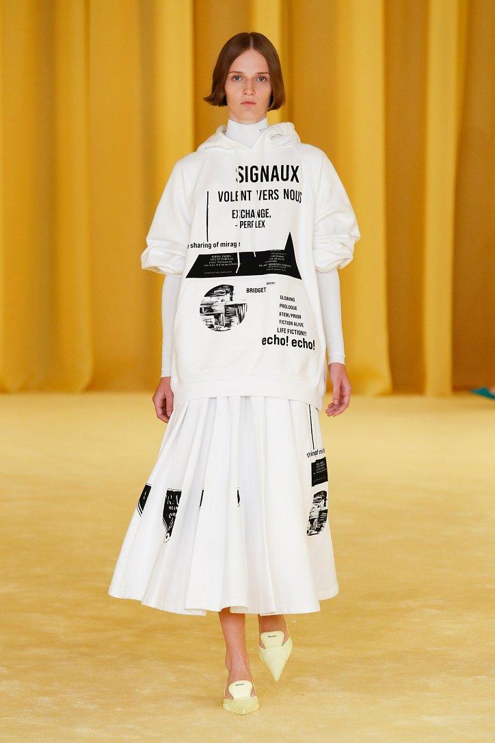 Трендовая одежда с крупными надписями