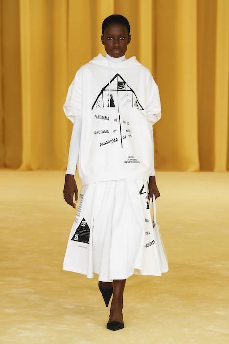 Платье с крупными надписями
