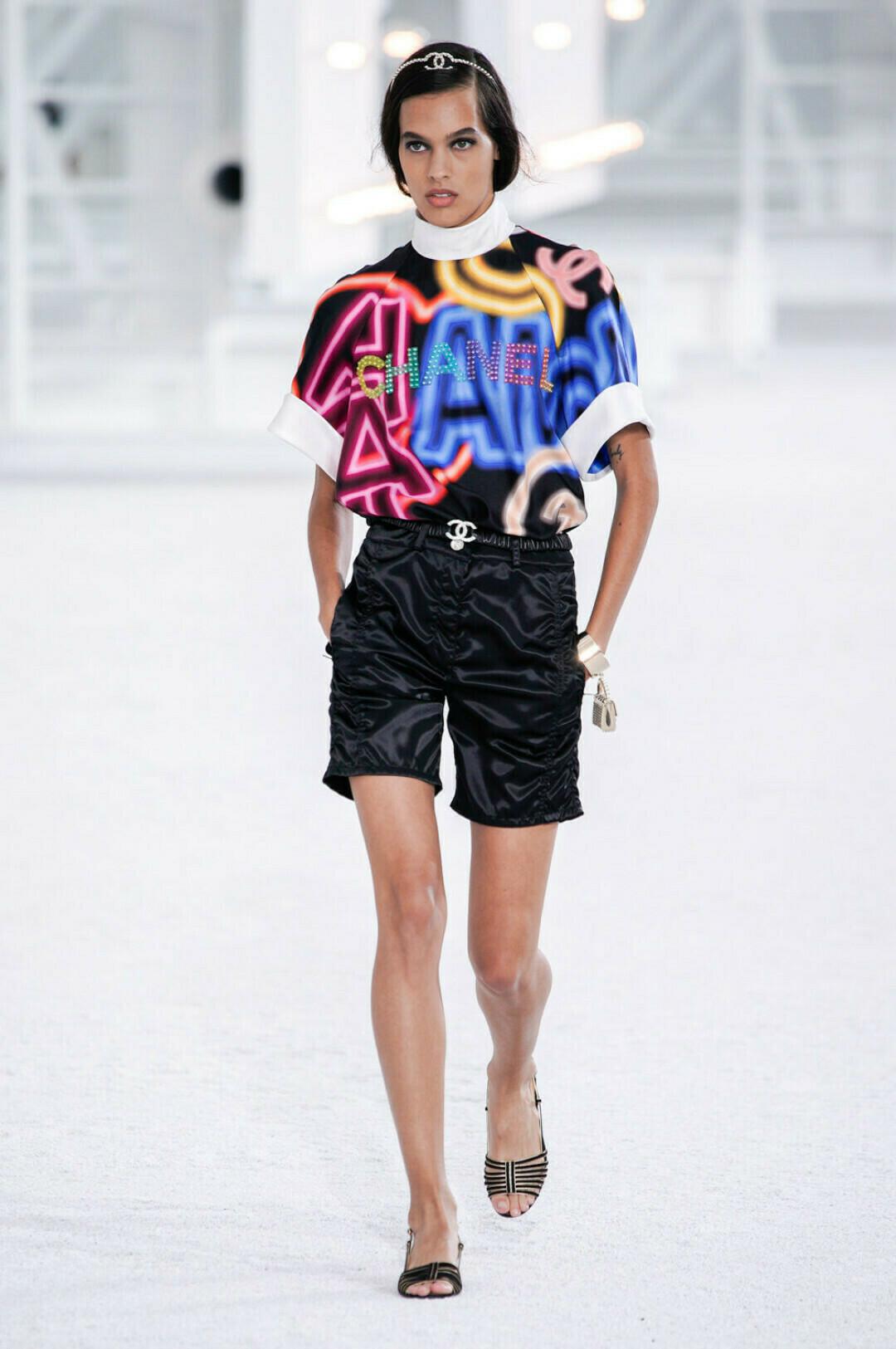 Одежда с крупными надписями от Chanel