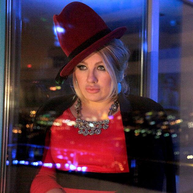 Ева Польна в шляпке с высокой тульей
