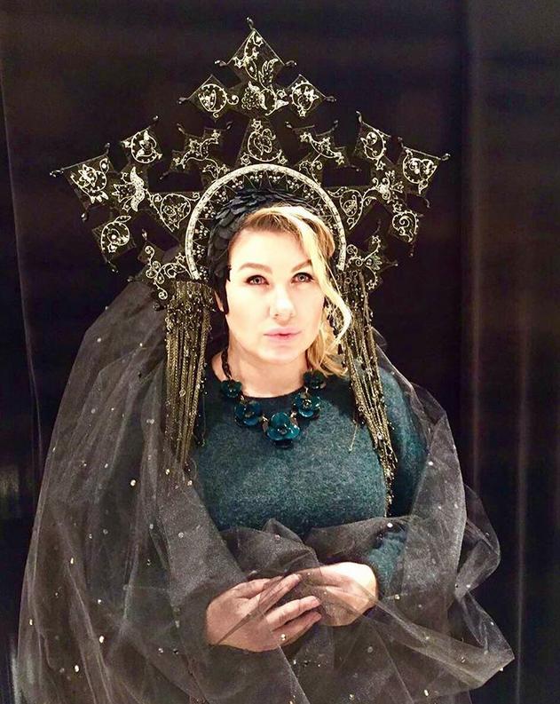 Ева Польна в шляпке-короне