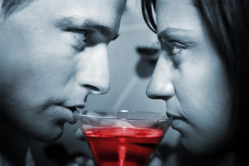 Пьют из одного бокала.