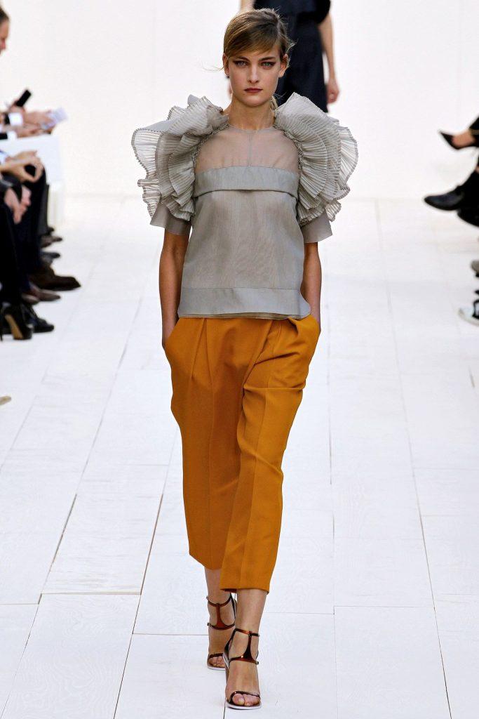 Блузка с воланами на рукавах.