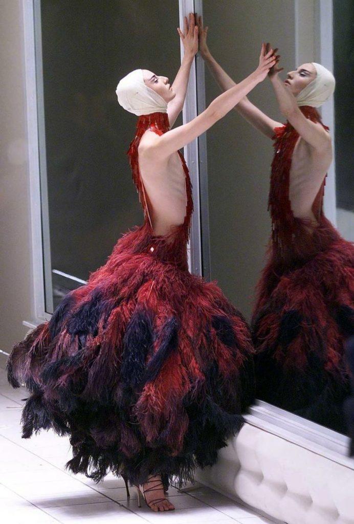 Платье со страусиными перьями.