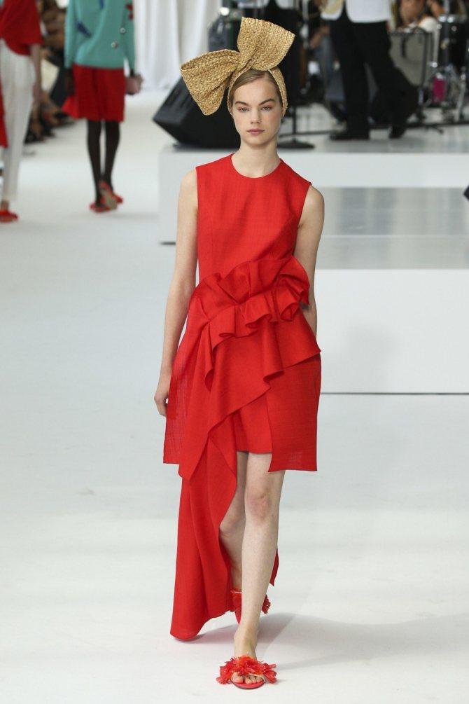 Красное платье с воланами.