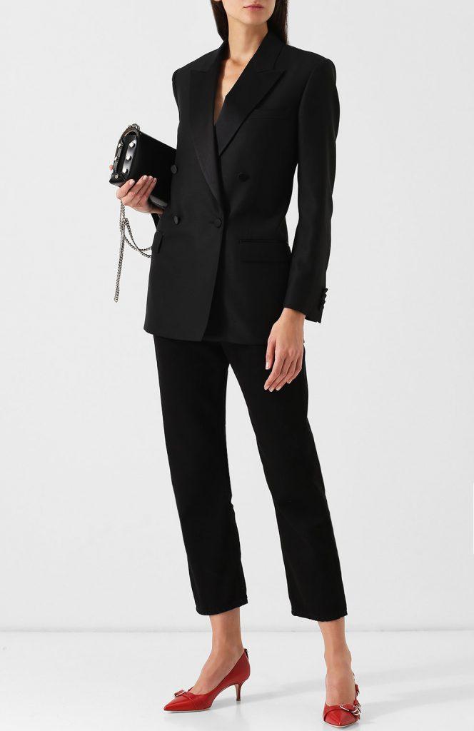 Чёрный костюм.