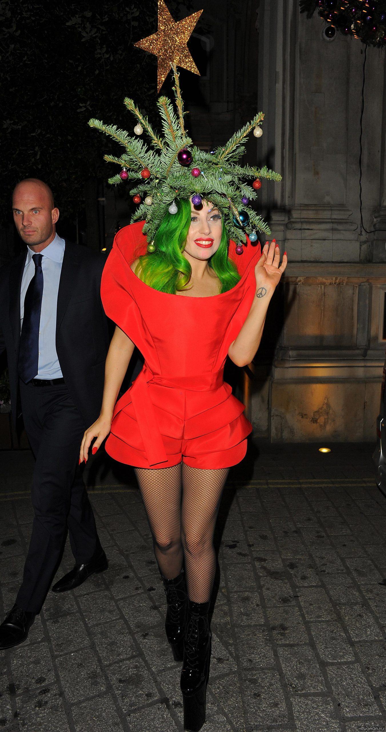Lady Gaga в костюме с ёлкой на голове
