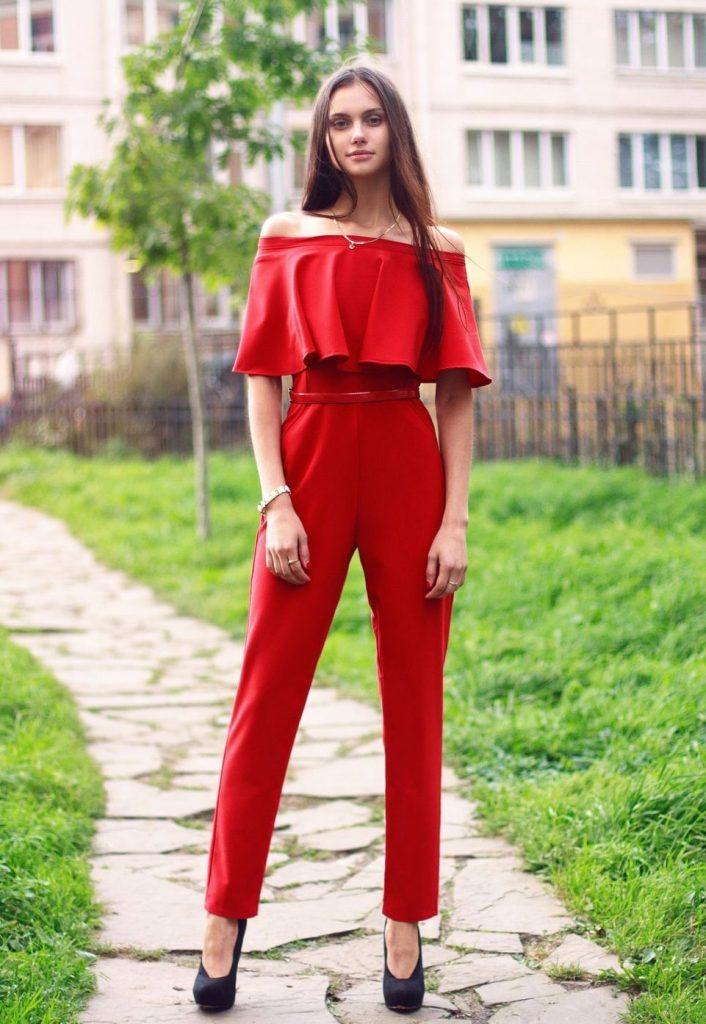 Красный комбинезон.