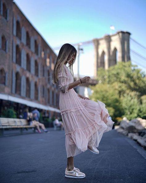 Розовое платье с кроссовками.
