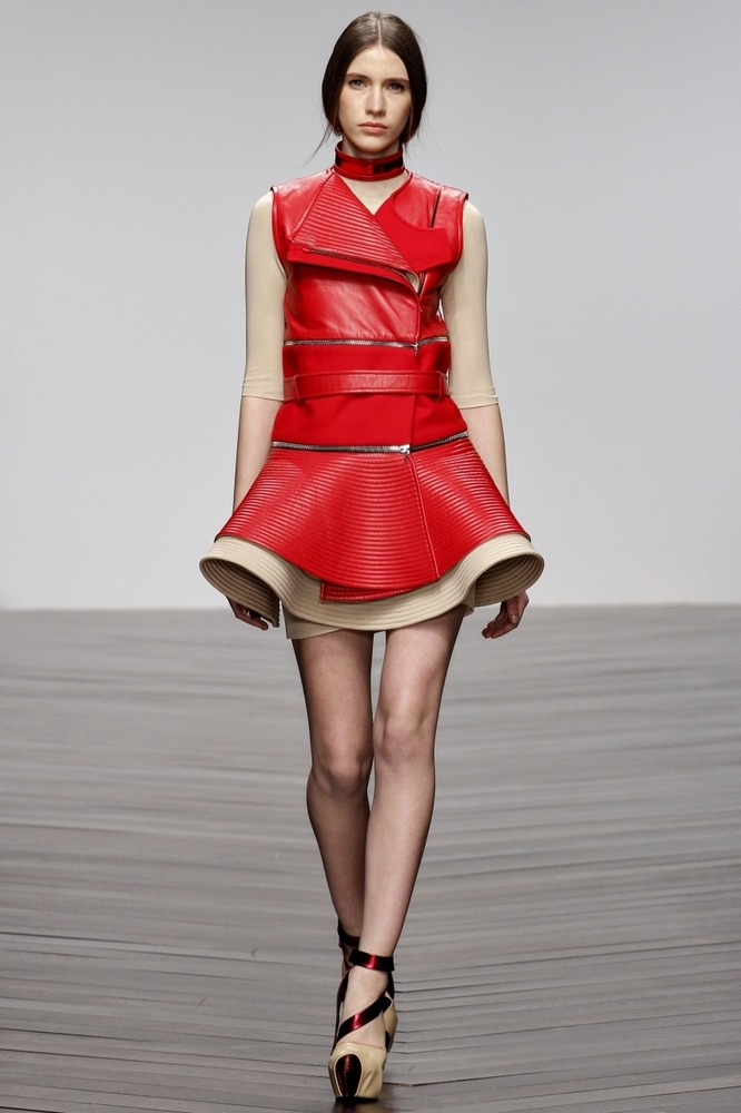 Кожаное платье с воланом.
