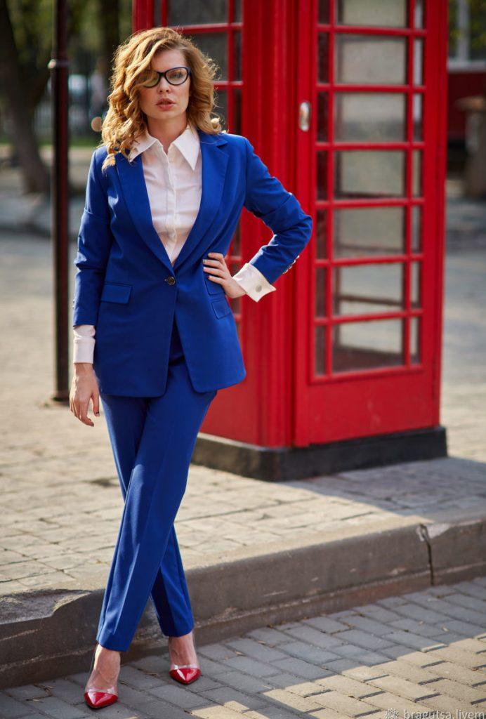 Синий костюм.