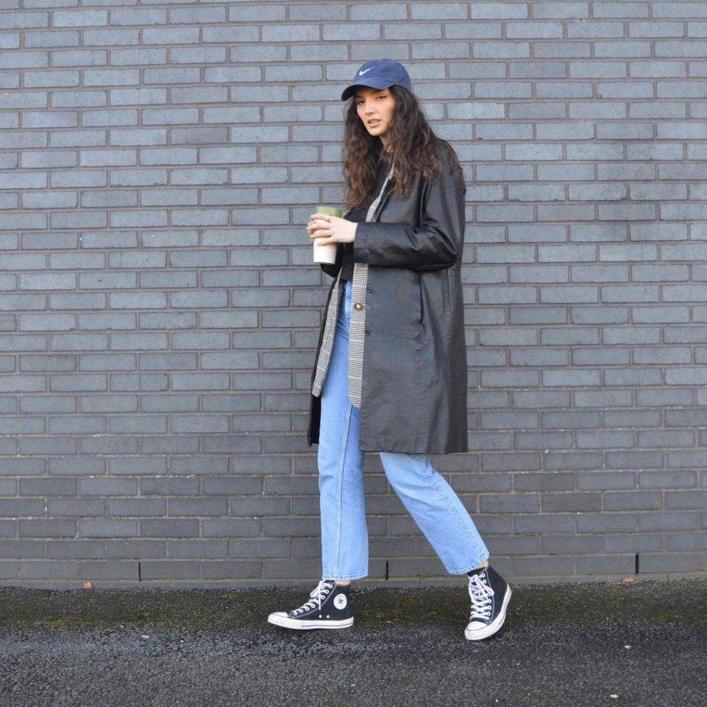 Бейсболка с пальто и джинсами.