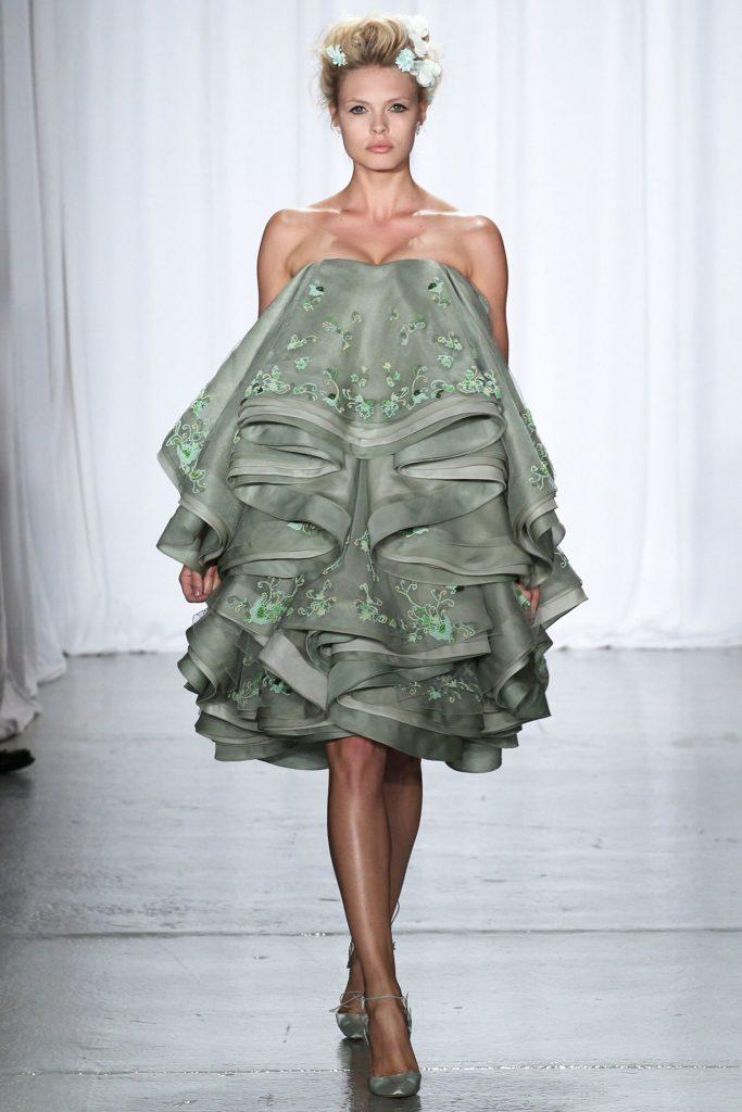 Короткое платье с воланами.