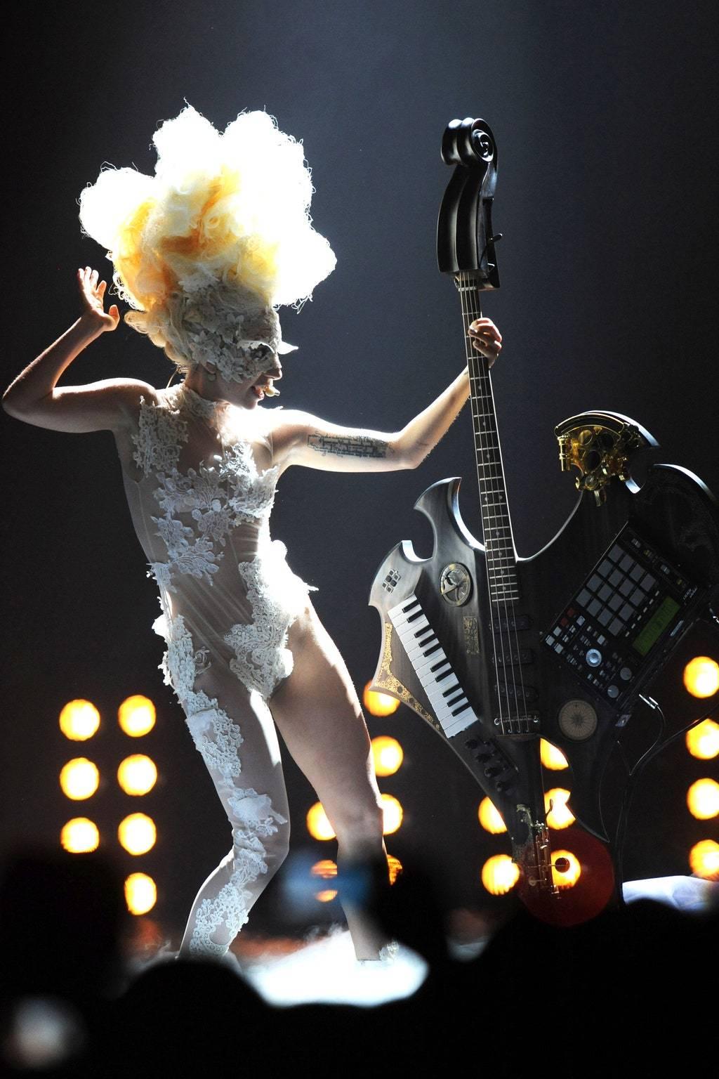 Прозрачный комбинезон на выступлении Леди Гага