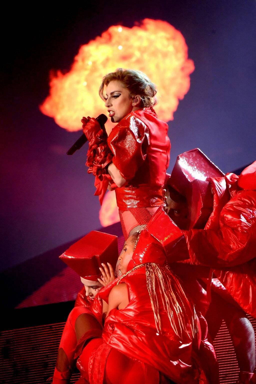 Огненный сценический костюм Леди Гага