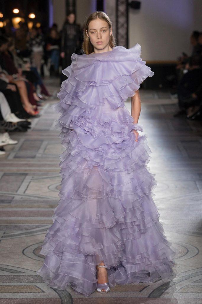 Пышное сиреневое платье с воланами.