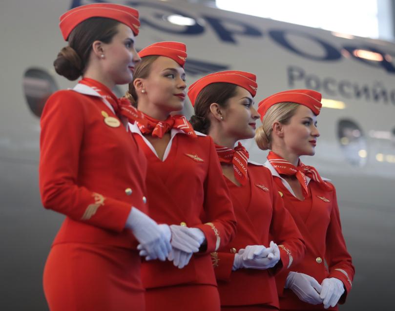 Шейный платок в форменном костюме стюардесс