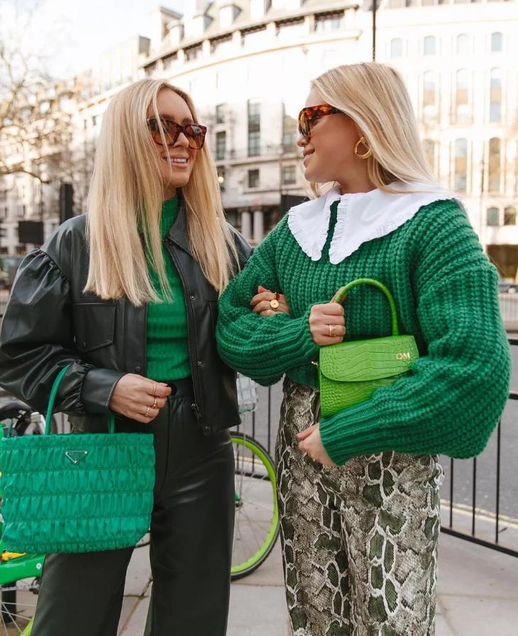 Зелёный свитер и белый воротник.