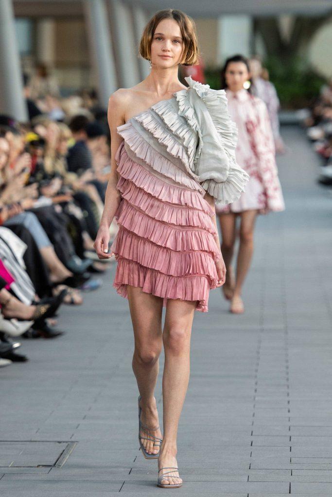 Асимметричное платье.