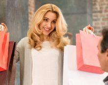 Женщина покупает мужу одежду