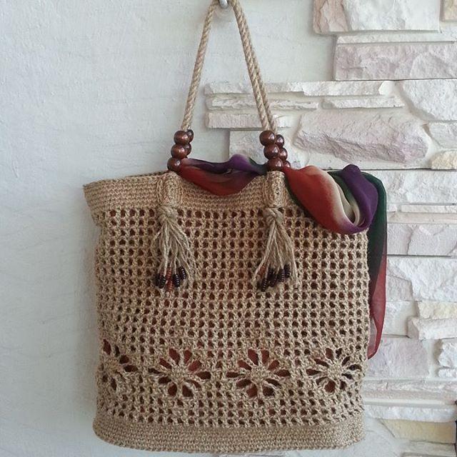Вязаная сумка с деревянными бусинами