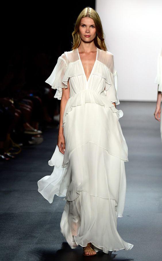 Белое шифоновое платье.