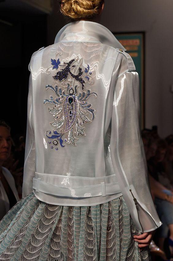 Блузка с вышивкой.