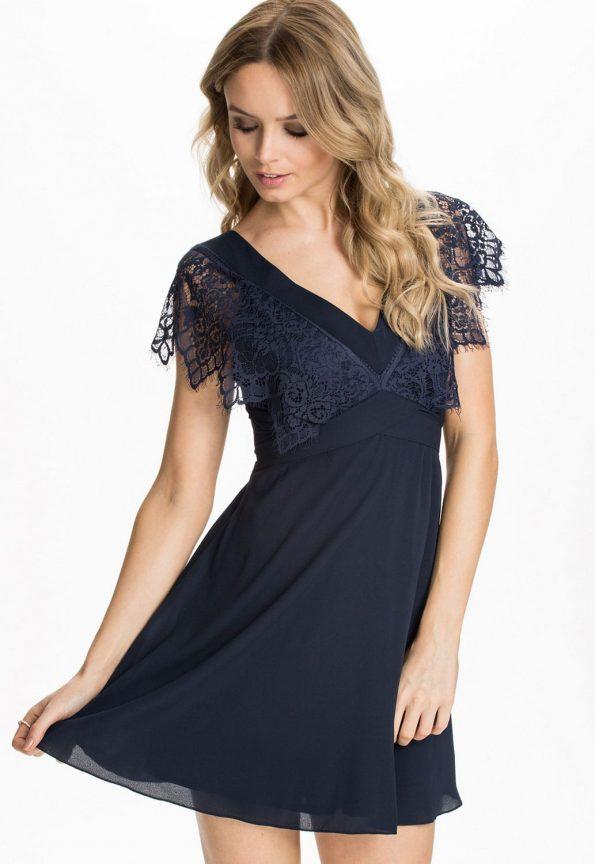 Платье из шифона с кружевами.