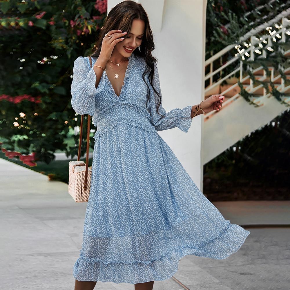 Платье с длинными рукавами.