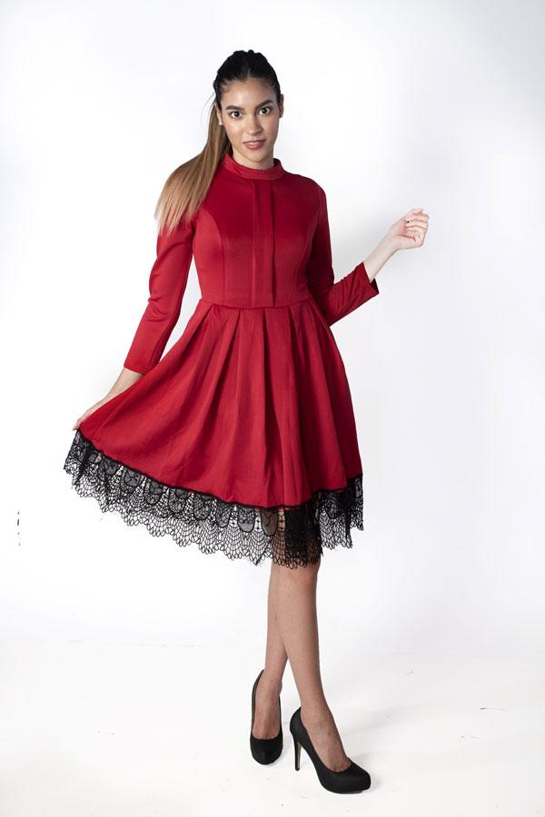 Платье с кружевом по подолу.