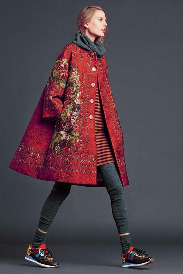 Яркое пальто с вышивкой.