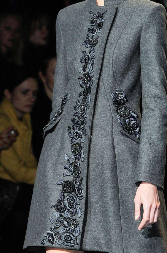 Пальто с вышивкой.
