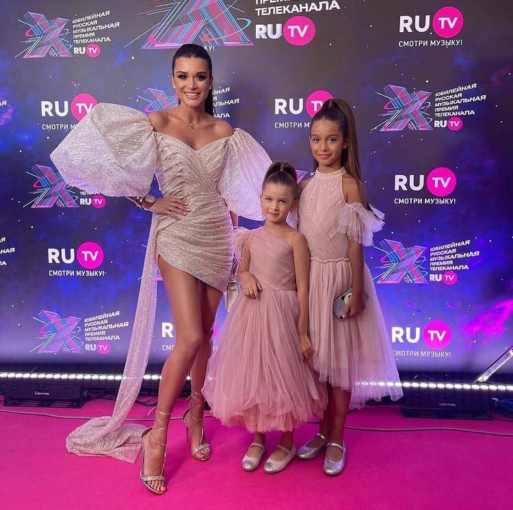 Ксения Бородина с дочерьми на премии RU.TV 2021