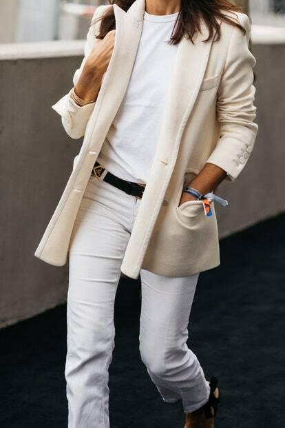 Образ с белой футболкой в светлых тонах