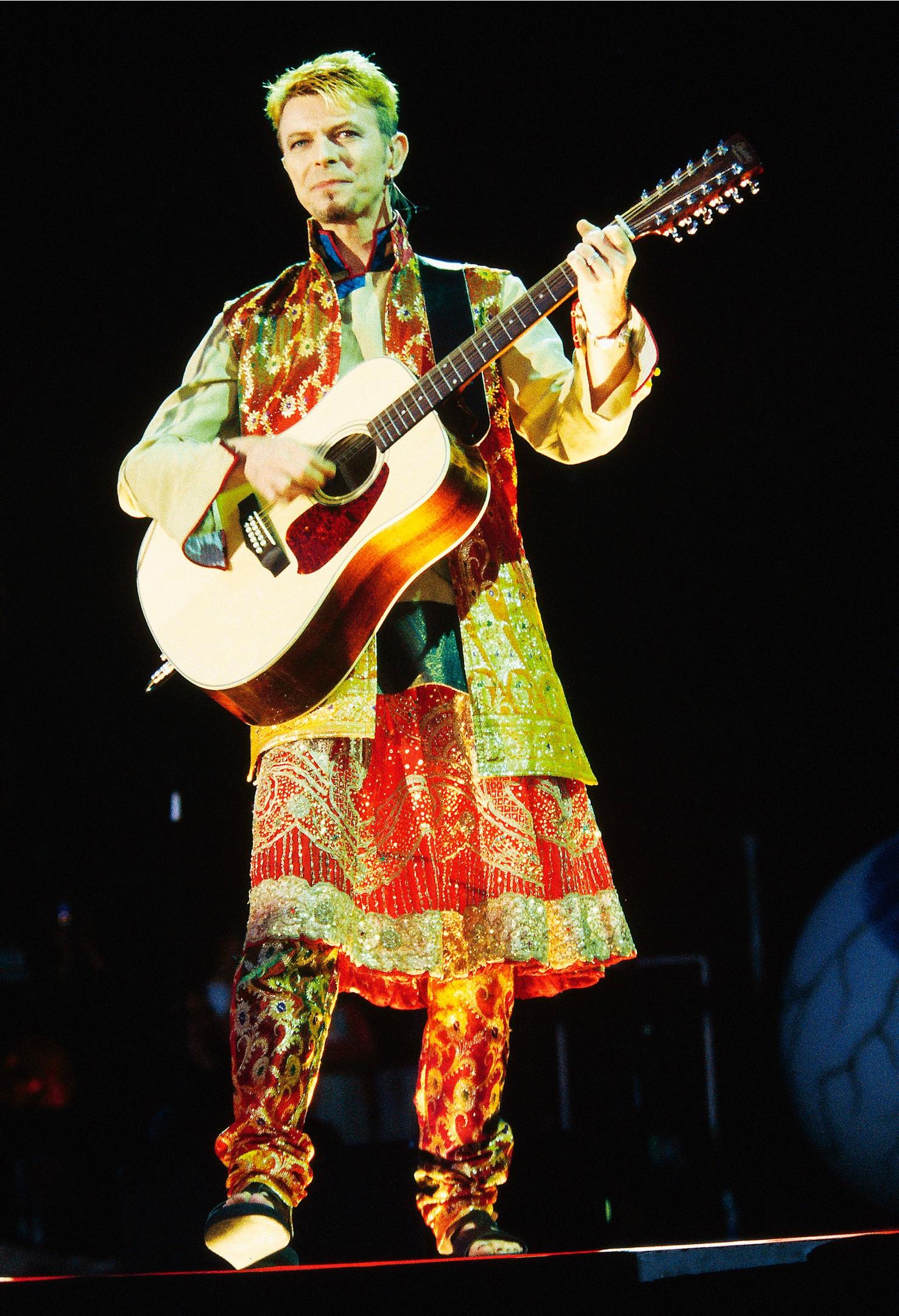 Дэвид Боуи в концертном костюме с юбкой