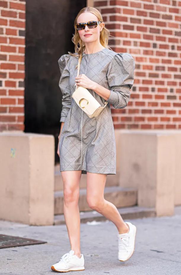 Кроссовки к летним платьям