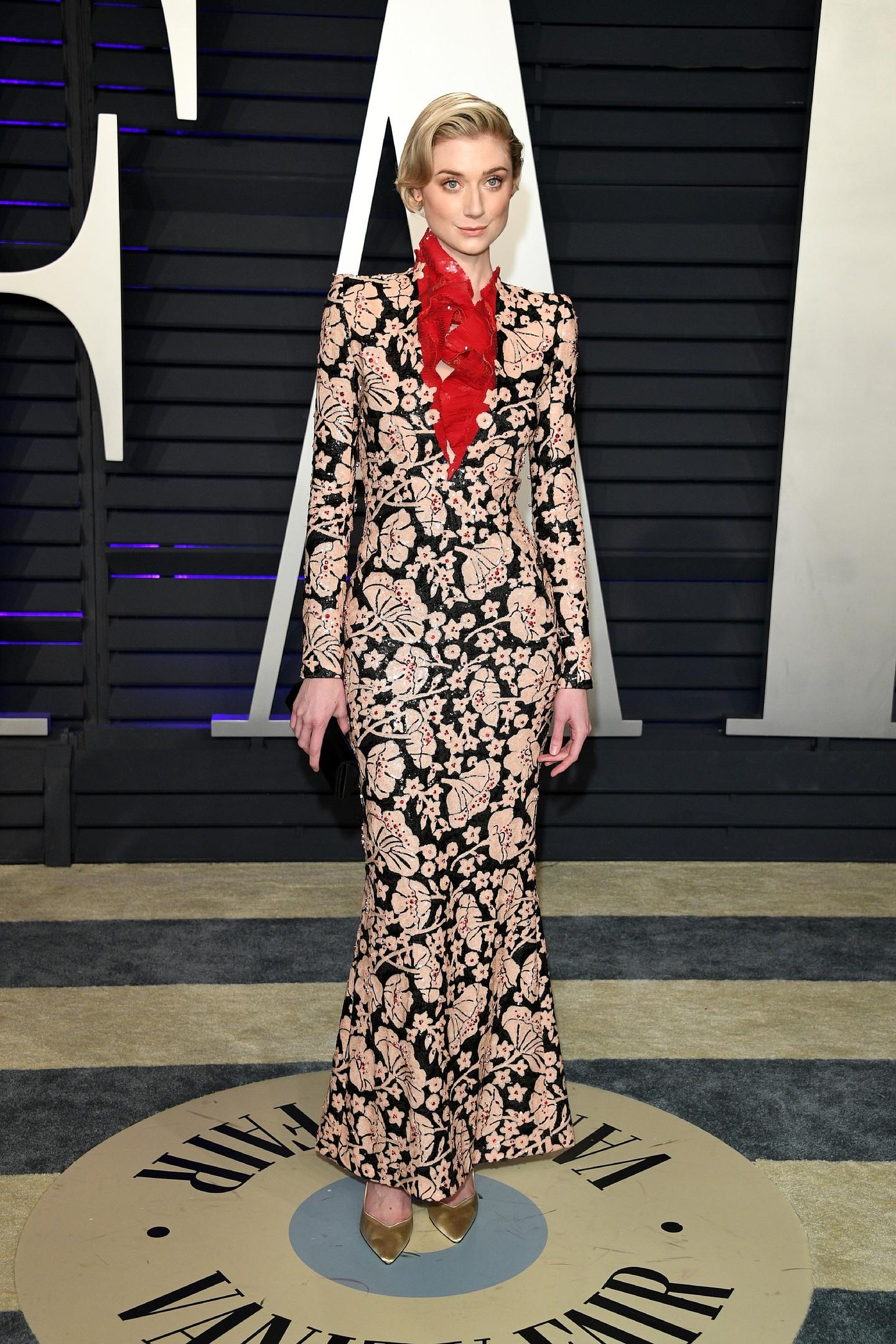 Элизабет Дебики в платье с цветочным принтом