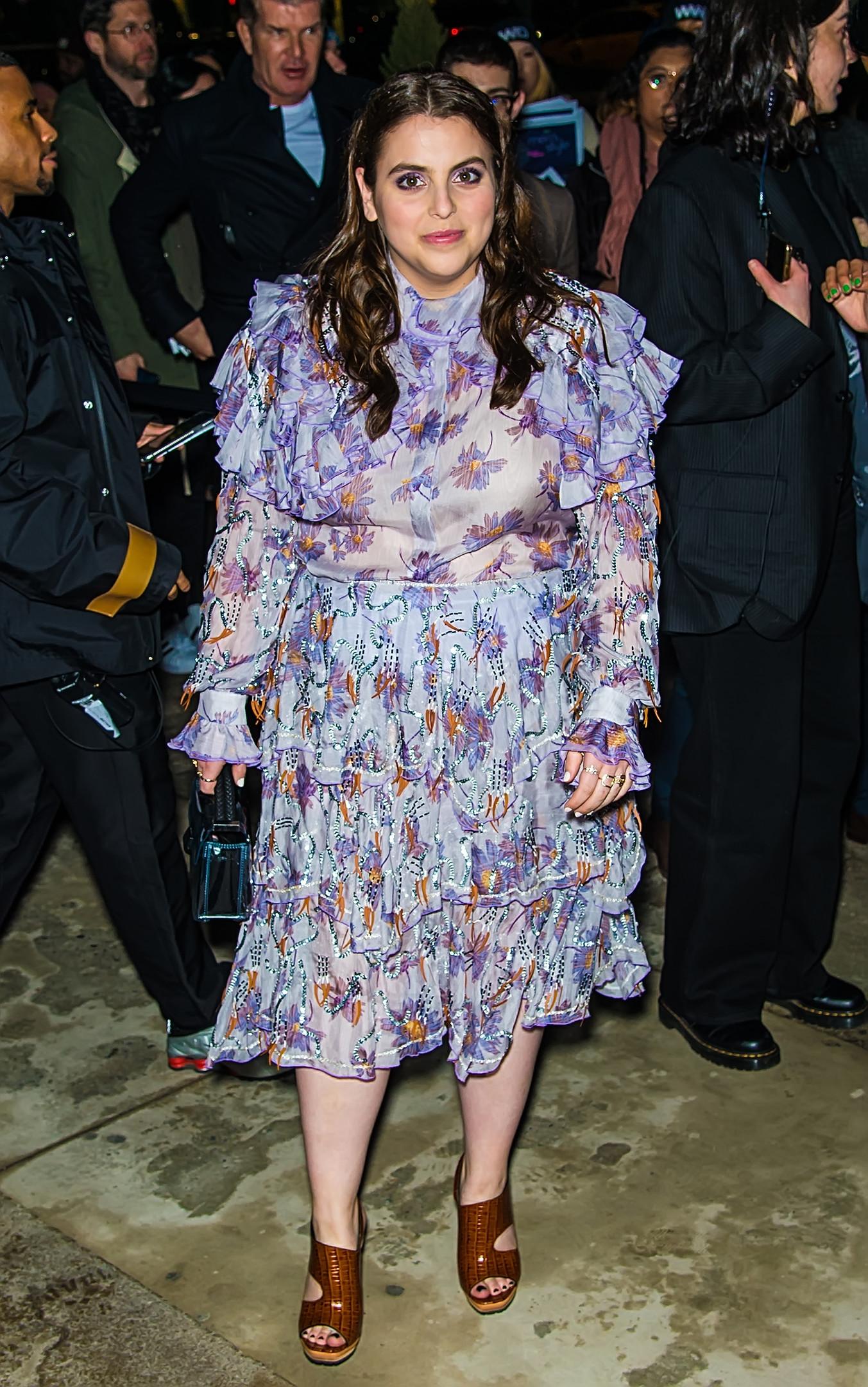 Беани Фельдштейн в платье с цветочным принтом