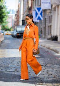 Оранжевый костюм.