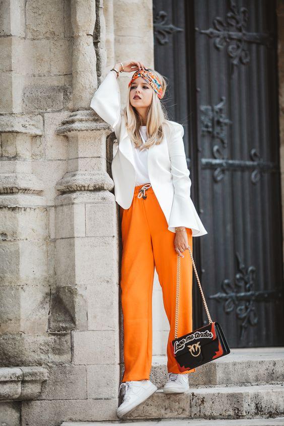 Оранжевый с белым.