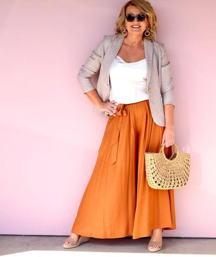 Оранжевая юбка.