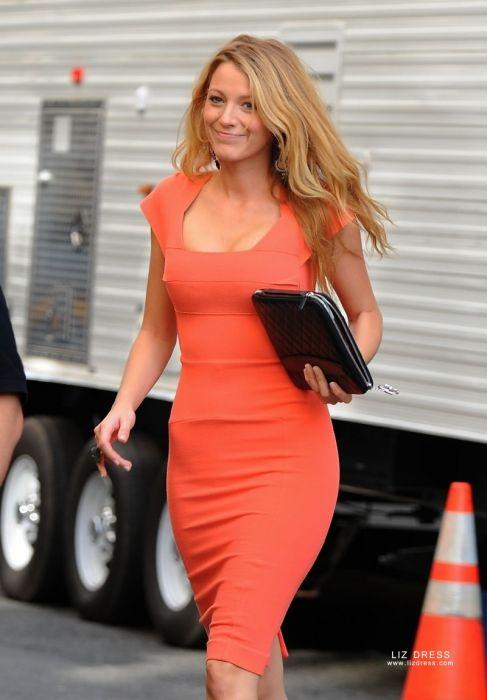 Оранжевое платье.
