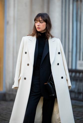 Чёрный пиджак с белым пальто