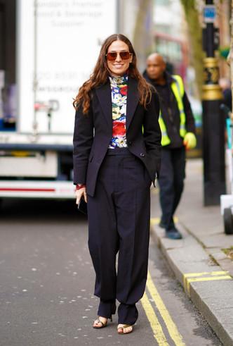 Чёрный жакет в сочетании с яркой блузой