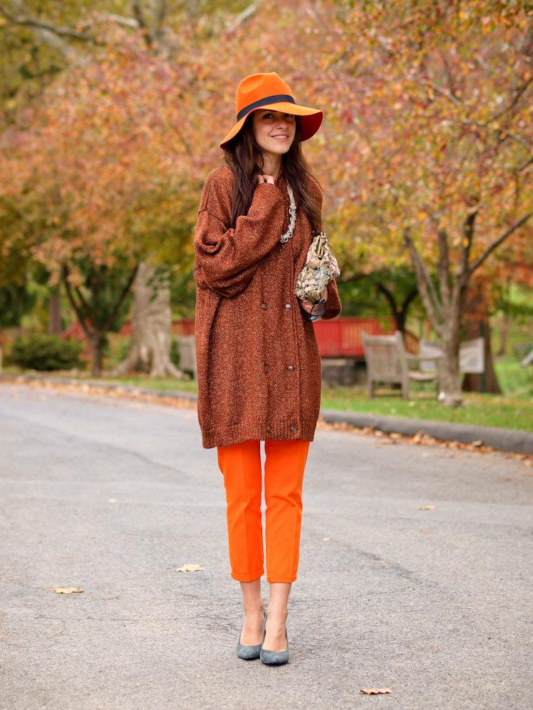 Оранжевый с коричневым.