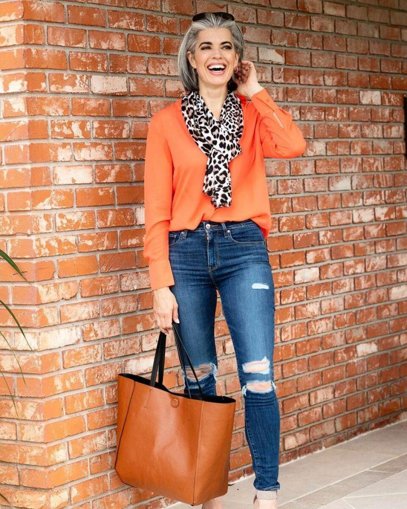 Женщина в джинсах.