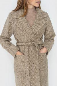 Бежеве-пальто-в-принт-ялинка-з-паском-і-накладними-кишенями-з-італійської-шерсті